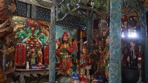 Bên trong ngôi miếu có nhiều bức phù điêu.