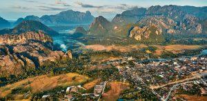 Khung cảnh Vang Vieng nhìn từ trên cao.