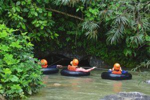 Thám hiểm hang Tham Nam bằng phao.