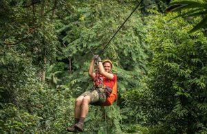 Đu dây Zipline giữa rừng xanh.