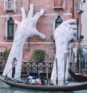Đôi bàn tay suport, công trình ấn tượng ở Ý.
