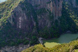 Trên núi, quần thể thực vật vô cùng phong phú với nhiều cây cổ thụ hàng trăm năm, các loài hoa và thực vật quý.