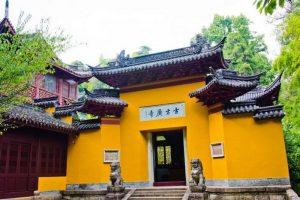 Trên núi có đền Guoqing và đền Tế Công.