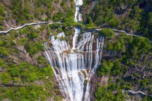 Trong đó, đỉnh núi Thiên Thai, nơi có thác nước cao nhất Trung Quốc và là hẻm núi đẹp nhất miền Đông Chiết Giang.