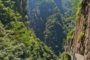 Khi lên đến đỉnh núi, du khách có thể dễ dàng thấy được dáng vẻ kỳ lạ và hiểm trở của núi.