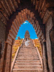 Đến tháp Bánh Ít bạn còn có thể ngắm nhìn khung cảnh thiên nhiên hữu tình xung quanh ngọn tháp.
