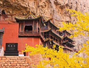 Hơn 40 sảnh của ngôi chùa được giữ bằng các giá đỡ bằng gỗ sồi được đặt vào các lỗ đục trên mặt đá bên dưới