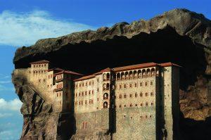 Kiến trúc như hòa vào một cùng vách đá của tu viện Sumela ở Thổ Nhĩ Kỳ