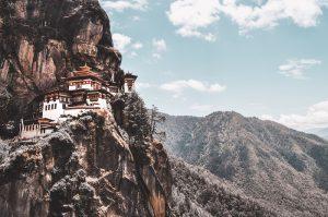 Từ xa, tu viện Paro Tatkstang như chốn tiên cảnh trần gian.